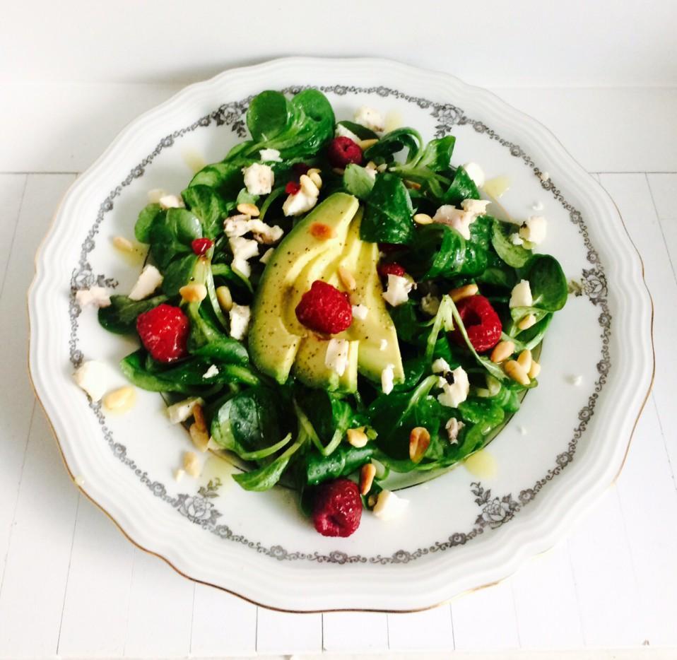 superfood salade met veldsla, avocado en frambozen