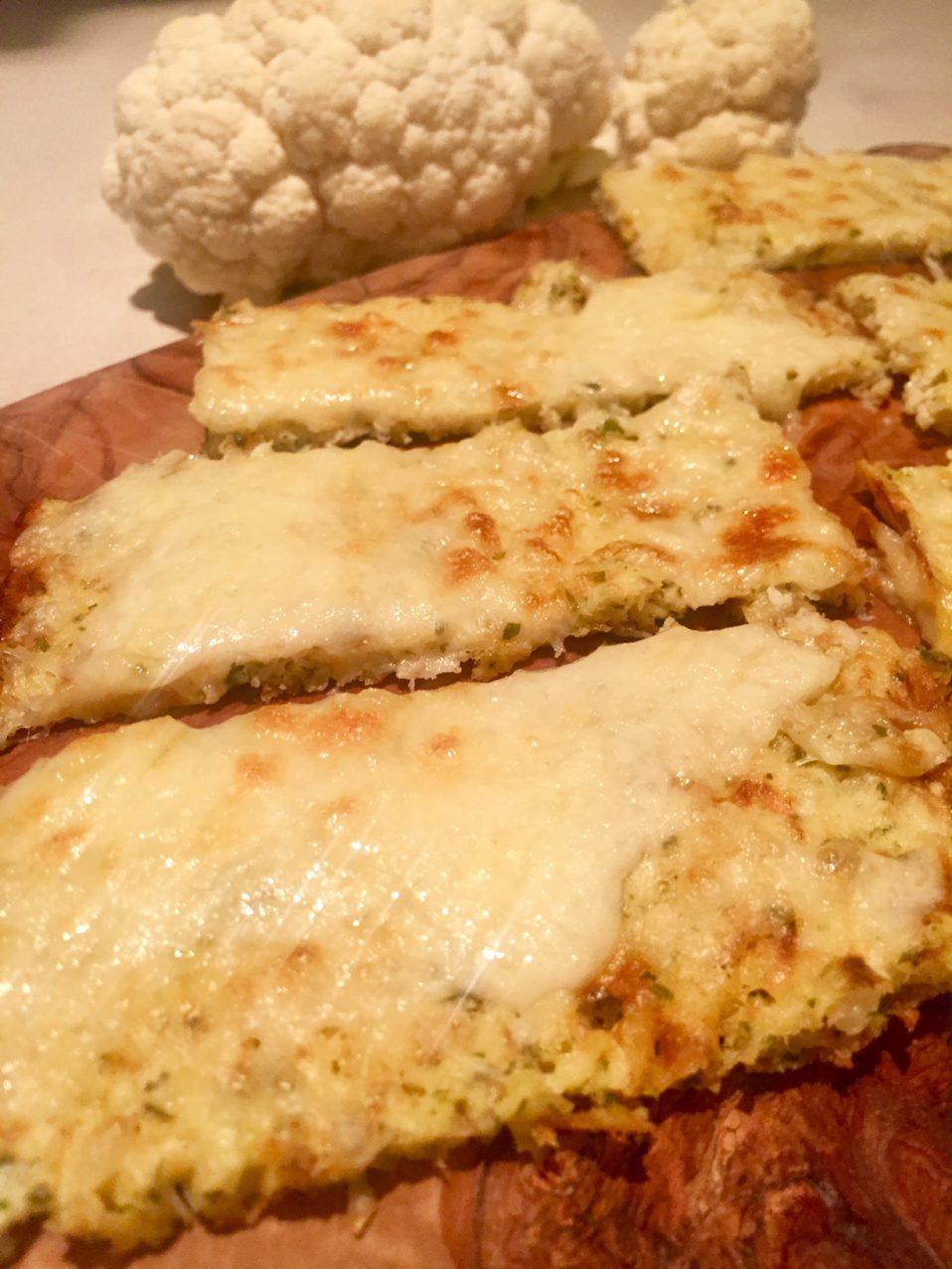 knoflook-kaasbrood van bloemkool
