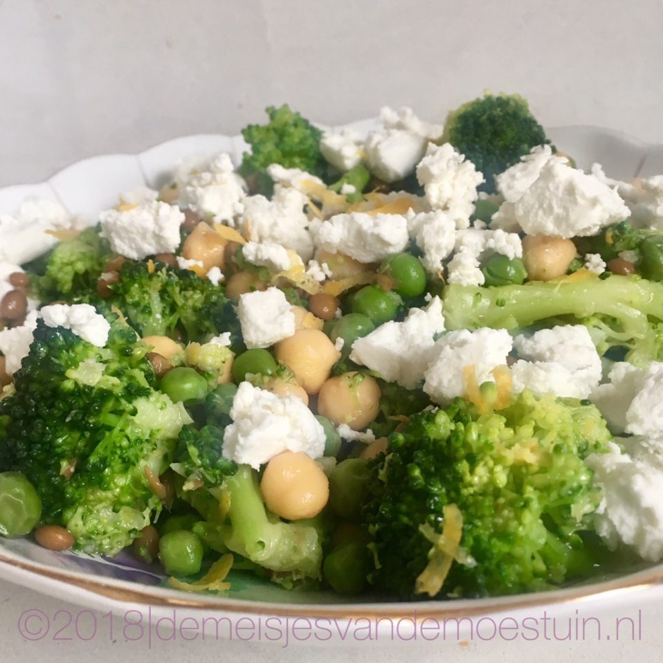 groene salade met kikkererwten en verse geitenkaas